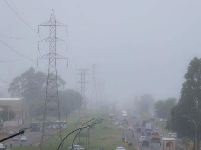 Na Avenida Ministro João Arinos, a névoa pode ser vista com mais intensidade (Foto: Henrique Kawaminami)