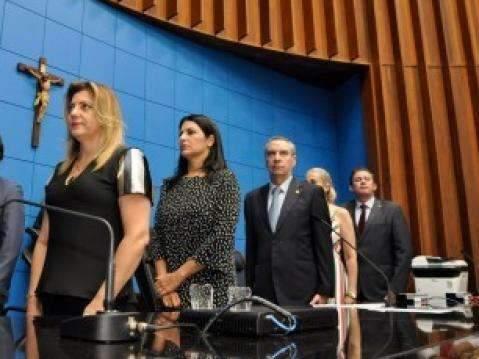 Sem deputadas, Assembleia destaca esposas em evento