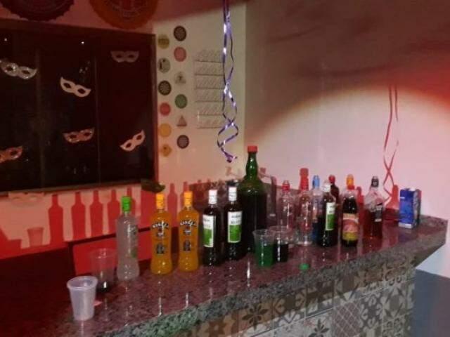 Bebidas estavam sendo servidas livremente para crianças e adolescentes. (Foto: Divulgação/Polícia Civil)