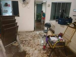 Casa invadida pela água na Rua Cavaleiro da Rosa,(Foto: Fernanda Palheta)