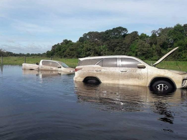 Caminhonetes submersas na área rural de Aquidauana (Foto: DOF/Divulgação)