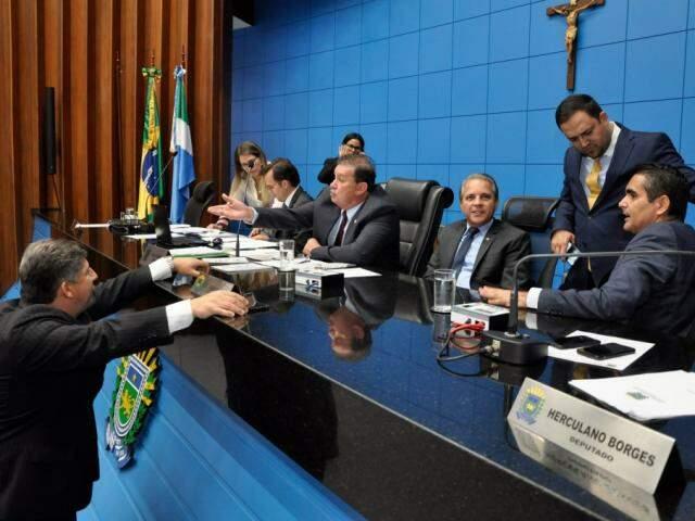 Deputados estaduais durante sessão na Assembleia (Foto: Luciana Nassar/ALMS)