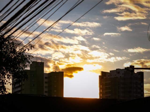 Previsão é de sol entre nuvens nesta sexta-feira em Campo Grande. (Foto: Henrique Kawaminami)