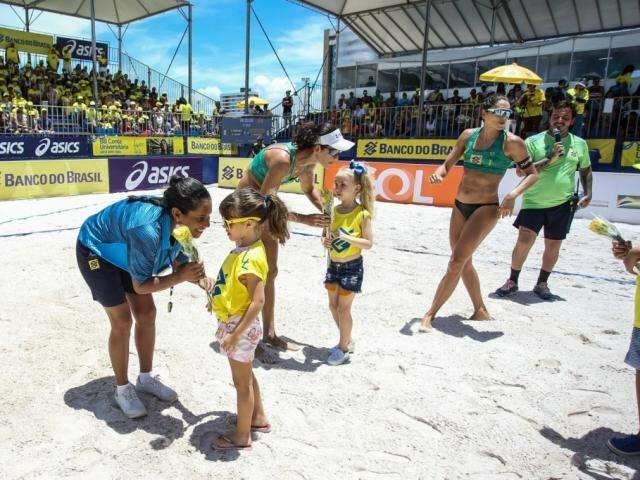 Talita e Carol caem novamente diante de time olímpico e ficam com a prata