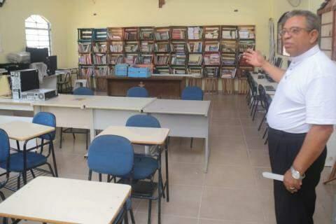 Padre mostra a biblioteca do Instituto, que vive de doações (Foto: Marcos Maluf)