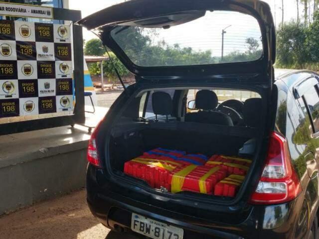 A droga estava dividida em 6 fardos que eram transportador no compartimento de carga do veículo. (Foto: Divulgação/PMR)