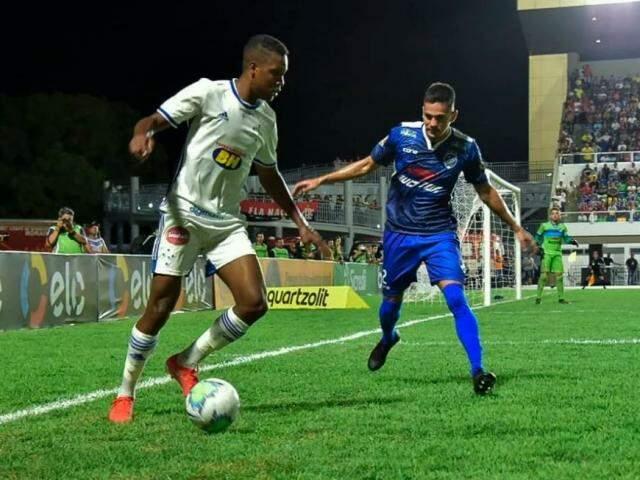 Disputa de bola durante o jogo desta noite. (Foto: Willion Roth/LightPress/Cruzeiro/GazetaEsportiva)