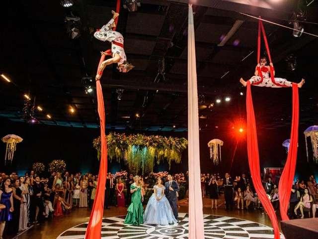 Com cenário botânico e artistas, Geovanna levou circo para baile de 15 anos