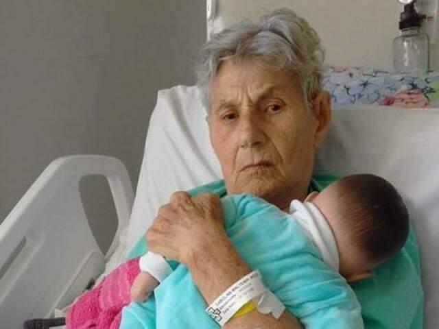 Carolina Ricci segurando a boneca Fátima no hospital (Foto: Arquivo pessoal)
