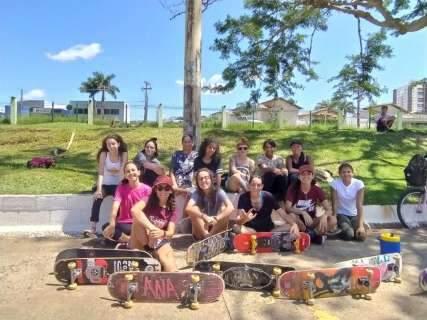 Com aulas grátis, amigas convidam mulheres para andar de skate
