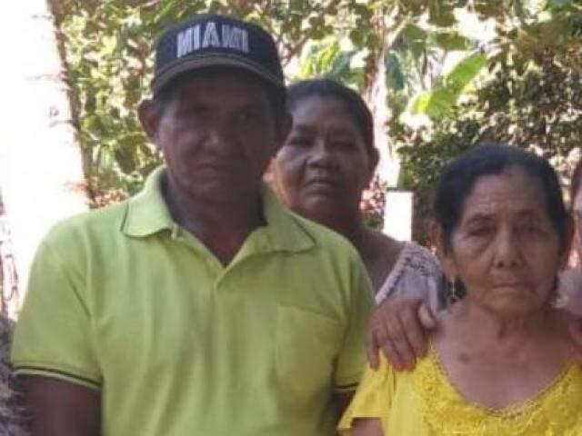 Acelino Carlos, de boné preto e camiseta verde, mora em Guia Lopes da Laguna. (Foto: Direto das Ruas)