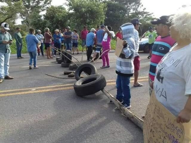 Manifestantes bloquearam rodovia neste sábado (Foto: Direto das Ruas)