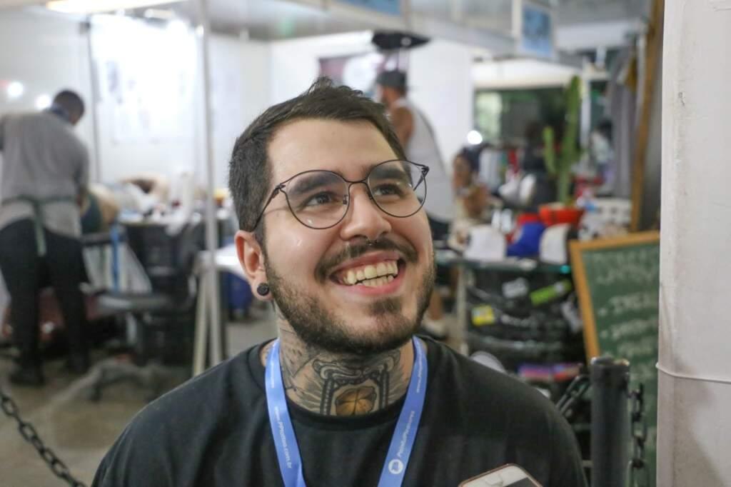 Thiago Leite tatua há sete anos e fala sobre o trabalho. (Foto: Paulo Francis)