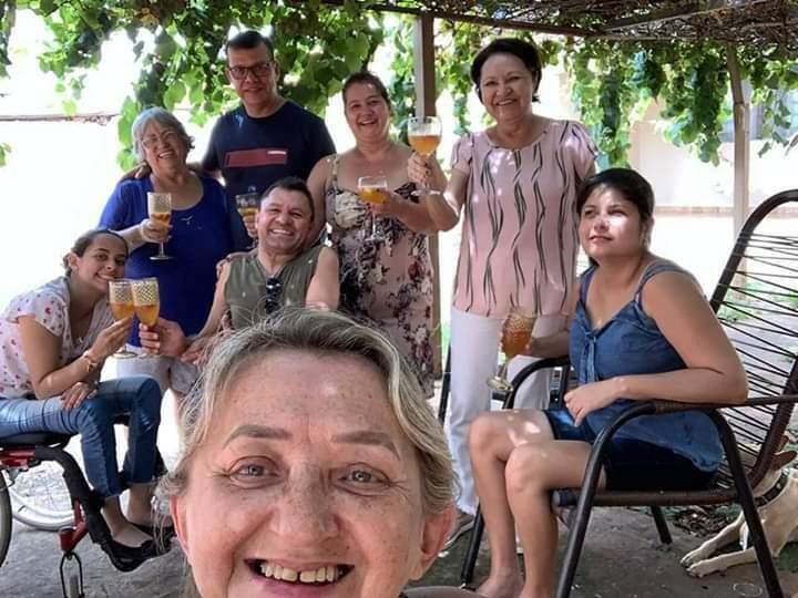 Do centro para a esquerda: Mirella, Letícia, Edite, Nelson, Deir, Lúcia, Romilda e Mariana. Os amigos que se reúnem em volta de uma casa. (Foto: Arquivo Pessoal)