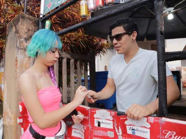 Vendedores pedem documento para verificar idade, antes de vender bebidas (Foto: Kisie Ainoã)