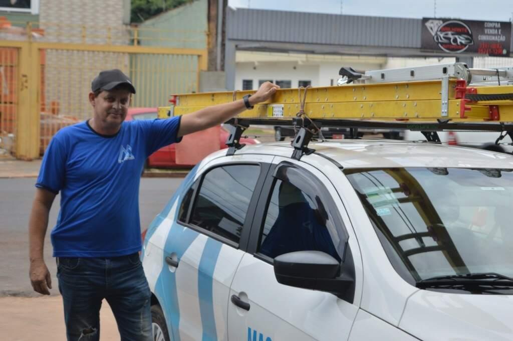 Magayver ao lado do conversível que usa diariamente para trabalhar (Foto: Alana Portela)
