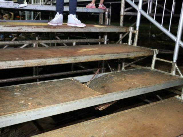 Degrau que se quebrou enquanto a adolescente estava na plateia. (Foto: Paulo Francis)