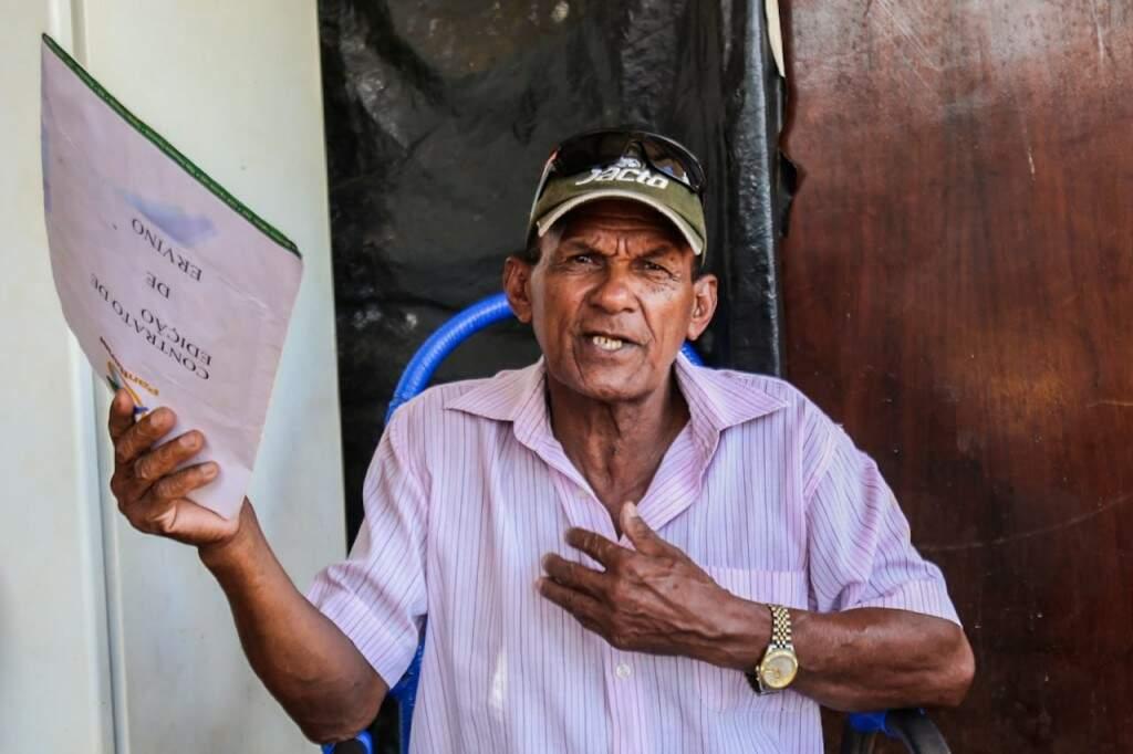 Na mão, as canções que ele tem registrada em uma editora de Campo Grande. (Foto: Marcos Maluf)
