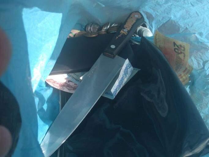 O jovem tentou furtar dinheiro, celular e uma bolsa (Foto: Direto das Ruas)