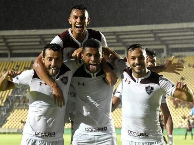 Comemoração dos jogadores após a vitória desta noite. (Foto: Mailson Santana/FFC)