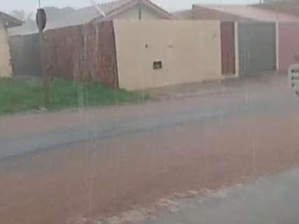Leitor registra em vídeo chuva forte que toma conta de rua no Vida Nova