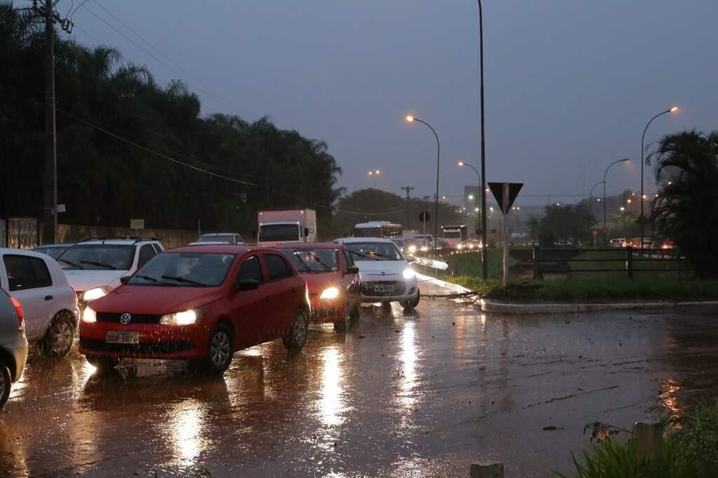 Congestionamento de veículos na rotatória depois que a água baixou. (Foto: Kisie Ainoã)