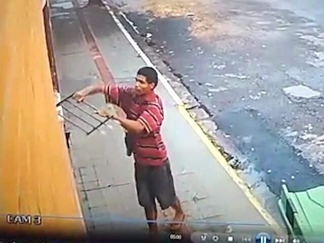 Ladrão arranca grade, arromba porta e furta restaurante na ...
