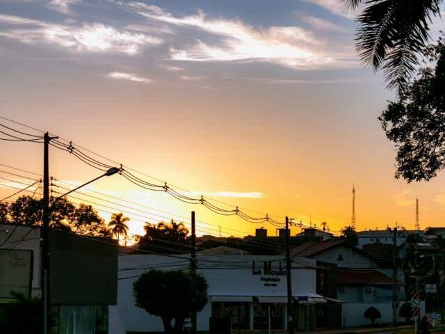 Amanhecer do dia no bairro Itanhangá Park, em Campo Grande. (Foto: Henrique Kawaminami)
