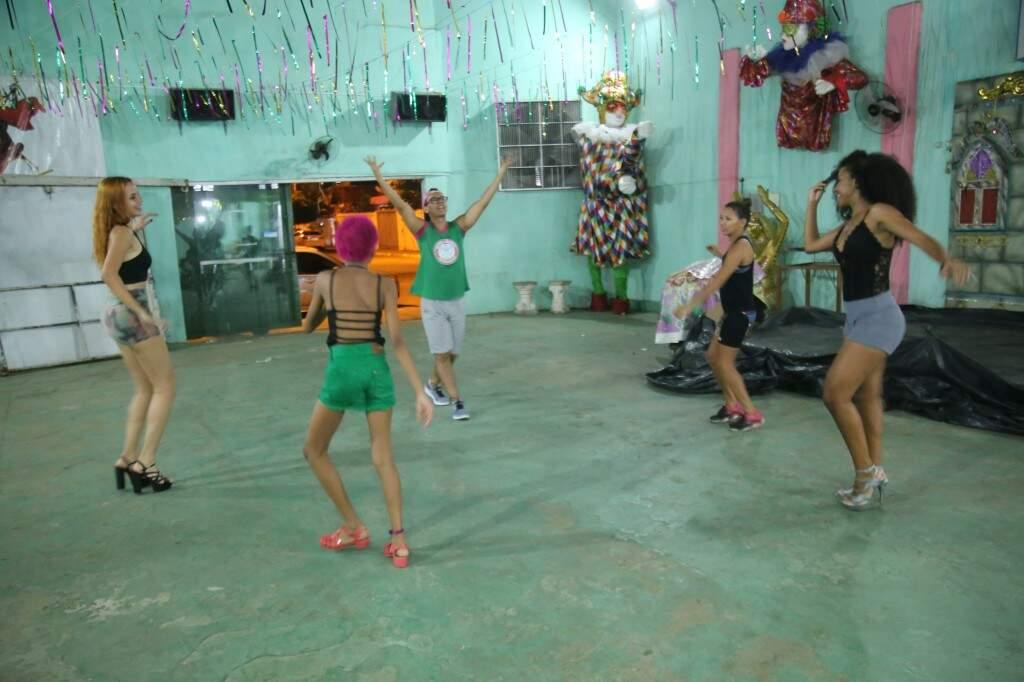 Aulas são ensinados com enredos da escola de samba. (Foto: Thailla Torres)