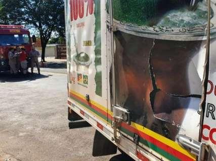Em tentativa de conversão, caminhão bate em moto e atinge poste