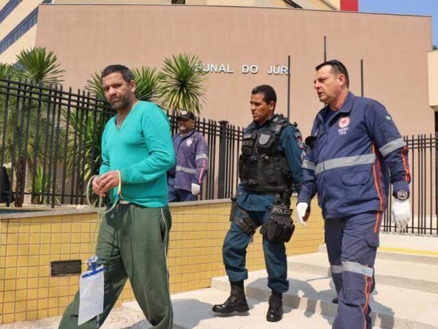 Nando deixando o julgamento de Eduardo em agosto do ano passado, quando precisou ser levado do plenário após surto (Foto: Arquivo)