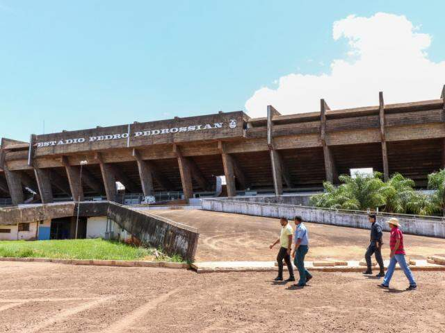 Obras em frente às rampas de acesso ainda não foram finalizadas (Foto: Henrique Kawaminami)