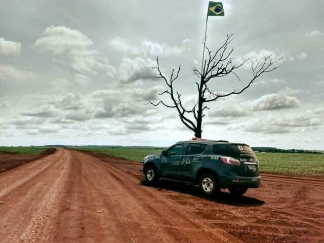 Viatura do DOF em estrada vicinal na faixa de fronteira. Árvore separa lado brasileiro de paraguaio (Foto: Divulgação)