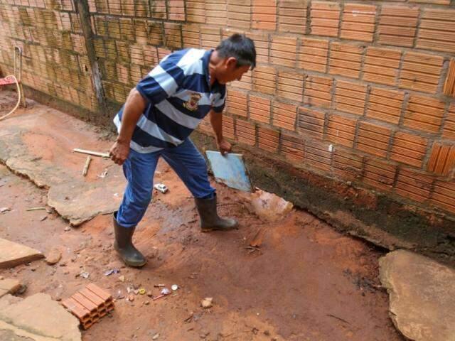 A força da enxurrada chegou a furar a base da parede da casa (Foto: Marcos Maluf)