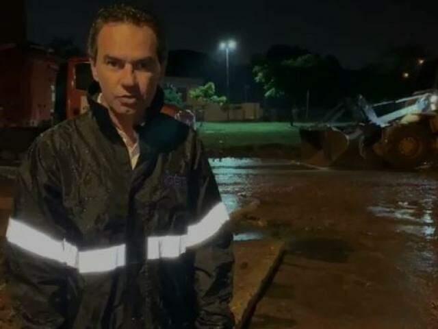 Prefeito durante a limpeza da da rotatória da Rachid Neder com a Avenida Ernesto Geisel. (Foto: Reprodução)