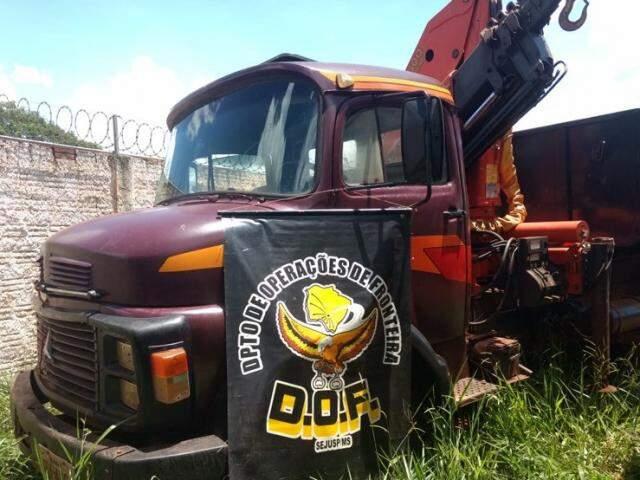 Caminhão guincho apreendido pela força-tarefa. (Foto: Divulgação/DOF)