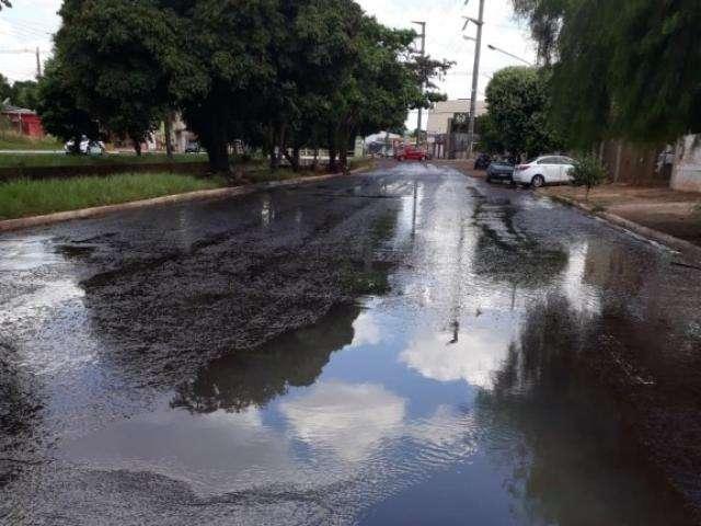 Vazamento de esgoto já dura uma semana na Avenida Presidente Ernesto Geisel