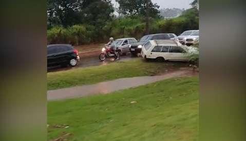 Água sobe na Cônsul Assaf Trad e carros voltam a atolar em canteiro