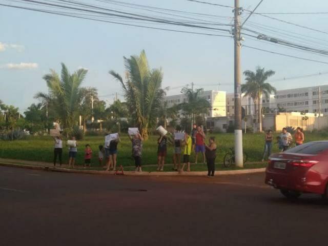 Protesto tímido é primeira ação do grupo de moradores. (Foto: Direto das Ruas)