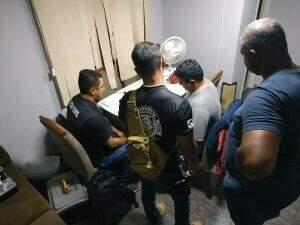 Policiais analisam material apreendido durante operação na manhã desta terça-feira. (Foto: Divulgação)