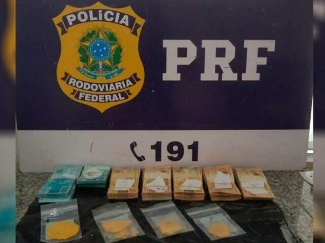 Ouro em embalagens de plástico e notas de dinheiro que totalizaram R$ 38 mil (Foto: Divulgação/PRF)