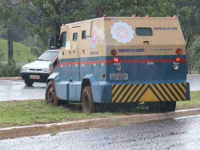 Até carro forte ficou atolado no canteiro da Avenida Gury Marques (Foto: Silas Lima)
