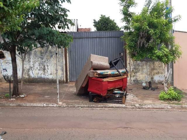 Amontoado de sofás que foi queimado em frente ao imóvel na semana passada. (Foto: Direto das Ruas)
