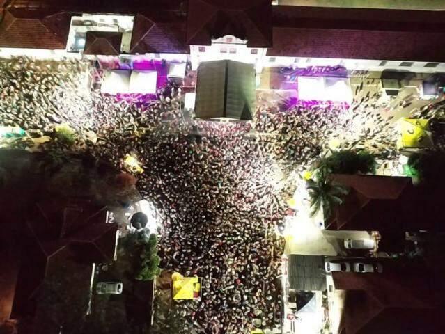 Mutidão que acompanha a festa na noite desta segunda-feira (24). (Foto: Divulgação/Guarda Municipal)