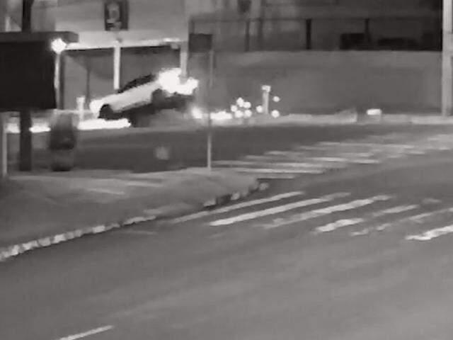 Carro subiu em calçada ao fazer curva na Pedro Celestino. (Foto: Reprodução/vídeo)