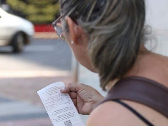 Consumidora confere dados na nota fiscal, mudança de comportamento que exige tempo (Foto: Marcos Maluf)