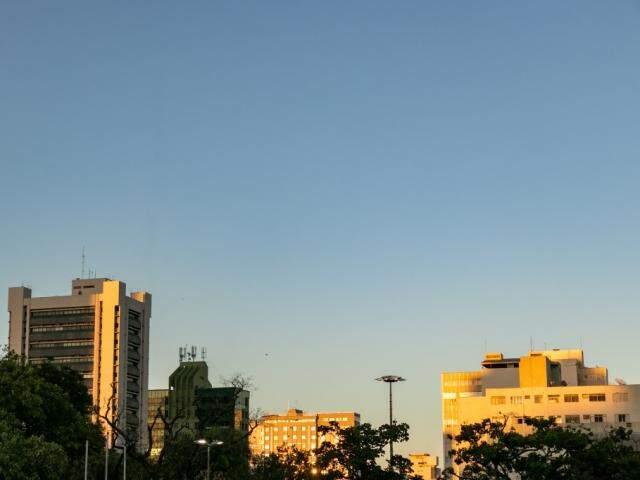 Céu de Campo Grande onde fez 35,5ºC, nesta sexta-feira (13). (Foto: Kisie Ainoã)