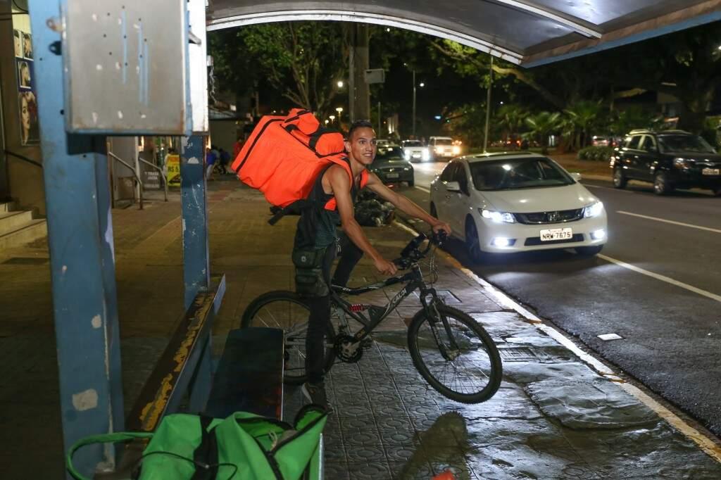 Vinicius, a bike e a bag (Foto: Paulo Francis)