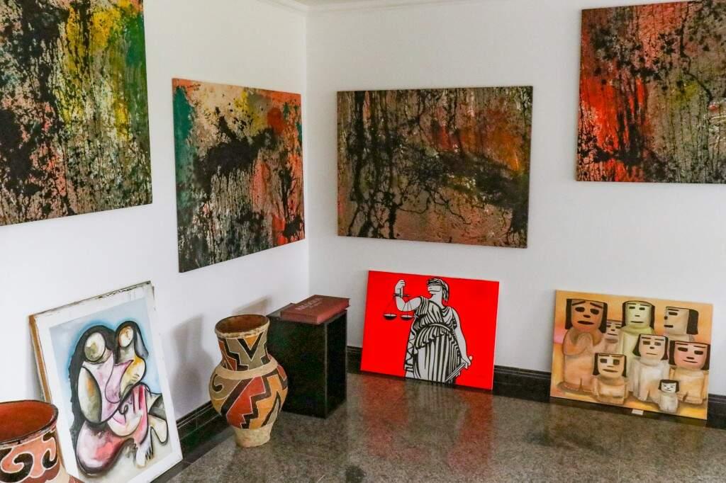 "Sala Ilton Silva guarda quadros da série inacabada ""Crepúsculo"" (os quatro colocados na parede). (Foto: Henrique Kawaminami)"