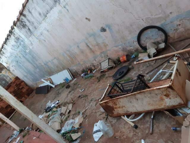 Restos de móveis, plásticos entre vários tipos de lixo encontrados no local. (Foto: Direto das Ruas)